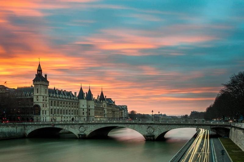 Image d'un pont à Paris au petit matin.