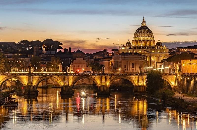 Image d'un pont à Rome au petit matin.